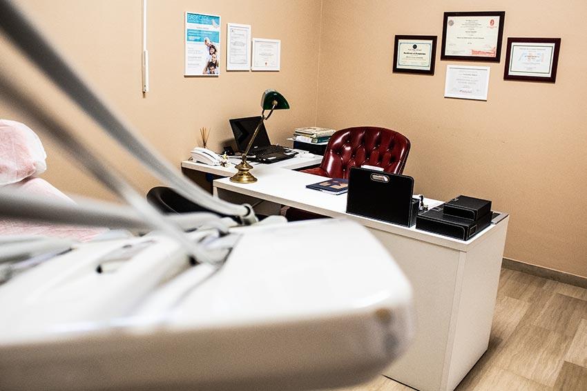studio dentistico milano scrivania
